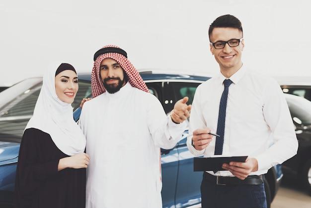 Samochód dla muzułmańskiej kobiety bahrajn para w auto salonie.