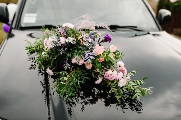 Samochód do ślubu z dekoracjami. dekoracje kwiatowe.