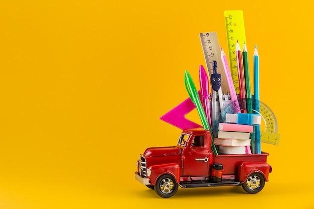 Samochód dostarczający przybory szkolne