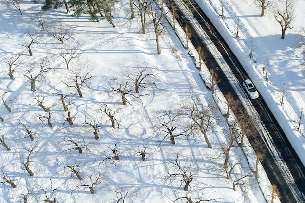 Samochód działa na wysokiej drodze i śniegu