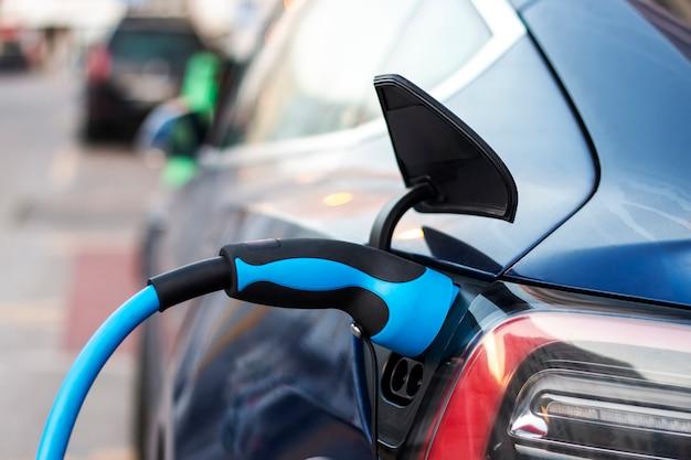 Samochód elektryczny podłączony do ładowania.