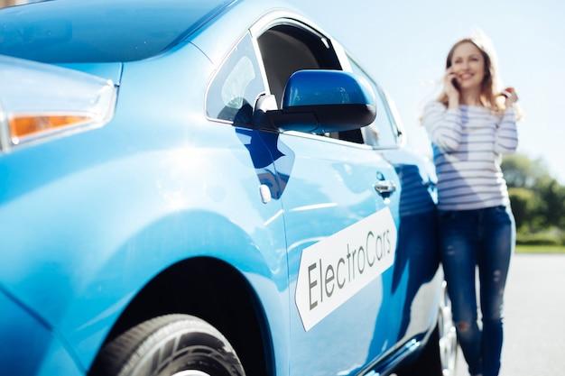 Samochód elektryczny. selektywne skupienie się na nowym, nowoczesnym samochodzie elektrycznym zaparkowanym na ulicy