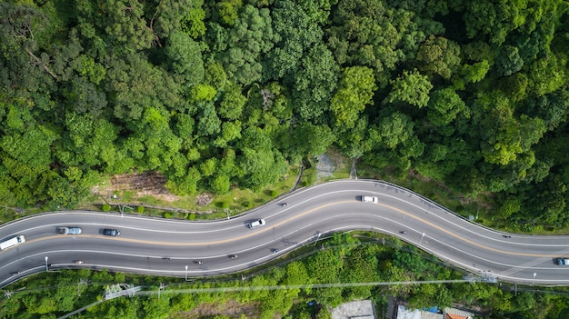 Samochód i droga na wzgórzu w phuket