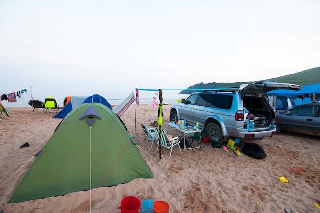 Samochód i obóz na plaży wieczorem?