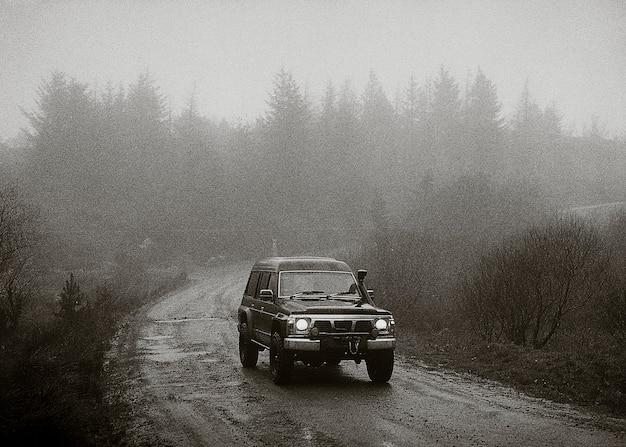 Samochód jadący po górskiej drodze