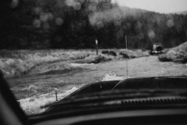 Samochód jadący przez zalaną górę