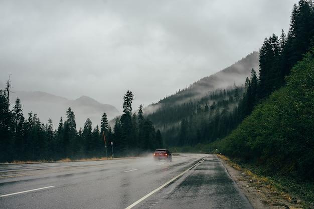 Samochód jedzie po mglistej drodze