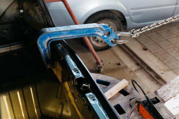 Samochód ma wgnieciony tylny zderzak uszkodzony po wypadku ciągnąc karoserię;