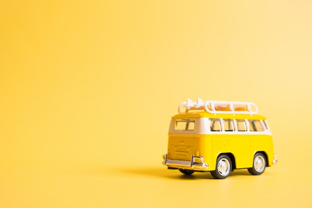 Samochód minivana suhippie na plaży.