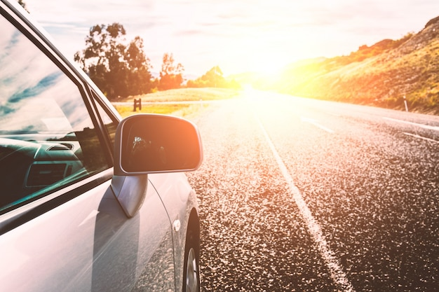 Samochód na drodze słoneczny