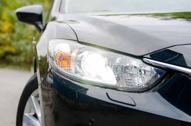 Samochód na łonie natury z włączonymi reflektorami