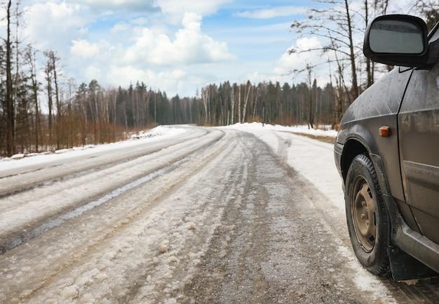Samochód na niebezpiecznej drodze zimą