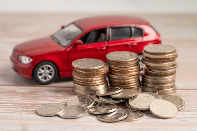 Samochód na tle monet kredyt samochodowy finanse ubezpieczenie oszczędności i leasing