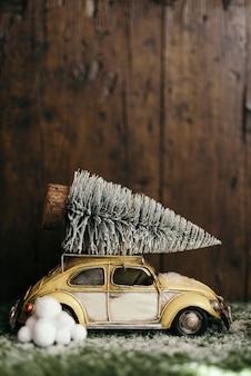 Samochód niosący choinkę