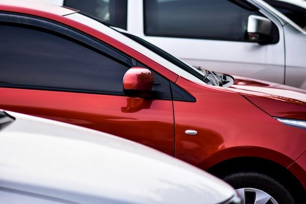Samochód parkujący rząd na parkingu samochodowym