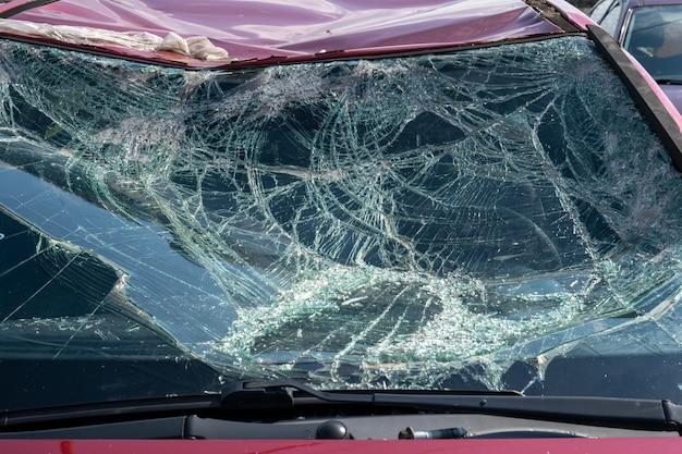 Samochód po wypadku samochodowym na złomowisku