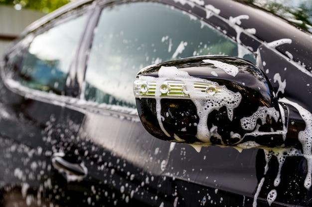 Samochód pokryty mydłem i wodą.
