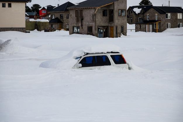 Samochód pokryty śniegiem, po opadach śniegu. w los andach.