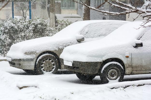 Samochód pokryty śniegiem