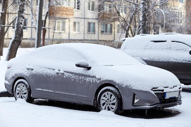 Samochód pokryty świeżym zimowym śniegiem