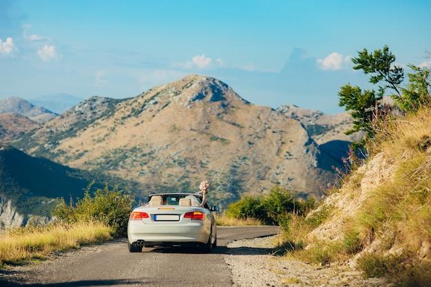 Samochód porusza się po górskich drogach