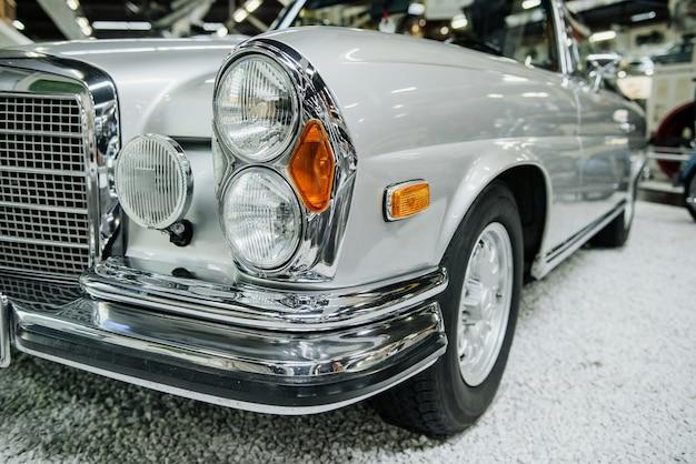 Samochód retro w kolorze srebrnym