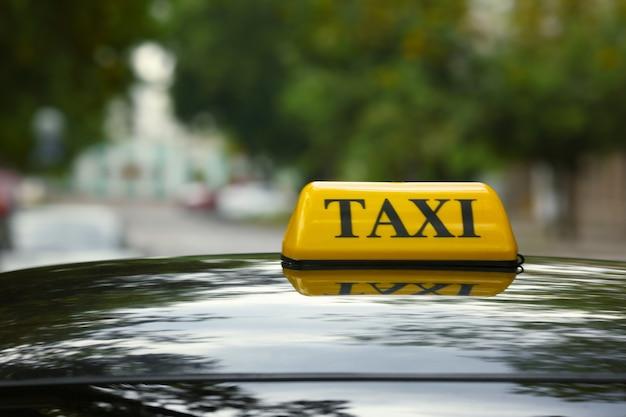 Samochód taxi na ulicy, widok z bliska