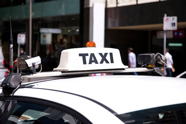 Samochód taxi na ulicy