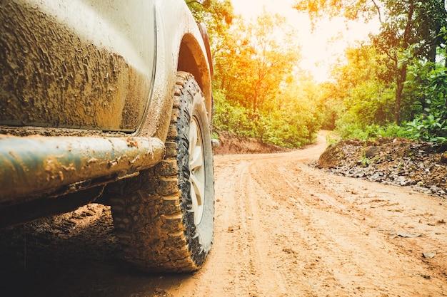 Samochód terenowy jedzie po górach w czasie pory deszczowej