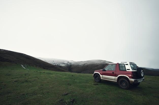 Samochód terenowy na szczycie góry w północnej hiszpanii