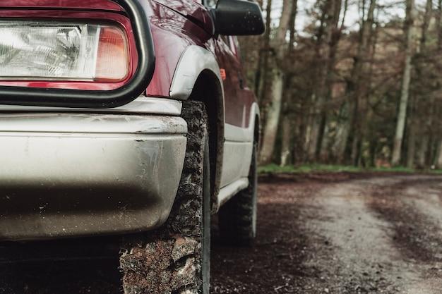 Samochód terenowy w górach w północnej hiszpanii