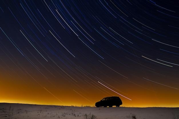 Samochód turysty na tle gwiezdnego nieba.