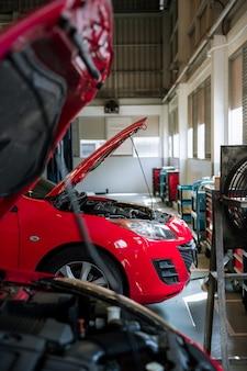 Samochód w centrum napraw i serwisu