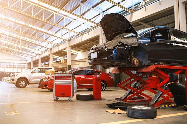 Samochód w centrum serwisowym naprawy samochodów z miękką ostrością i nad światłem w tle