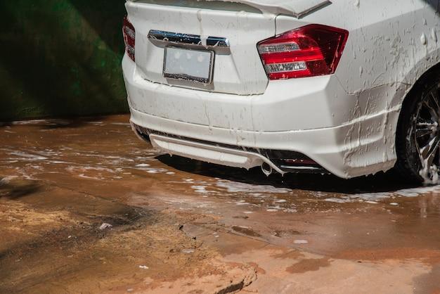 Samochód w myjni samochodowej