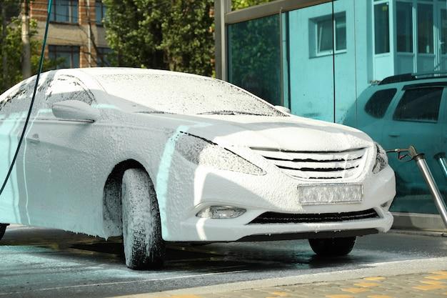 Samochód w piance. myjnia samochodowa.