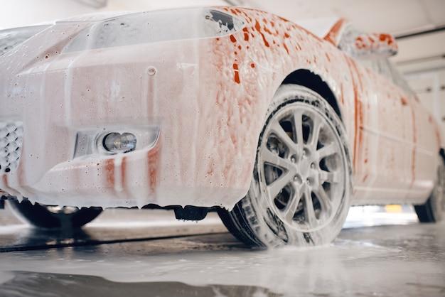 Samochód w piance, myjnia samochodowa