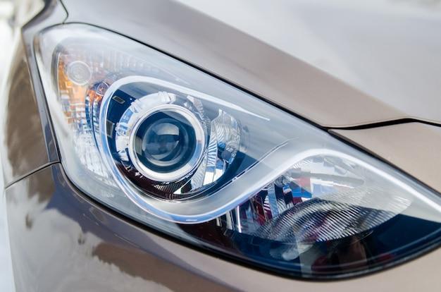 Samochód w przyrodzie. reflektor samochodowy brązowego samochodu