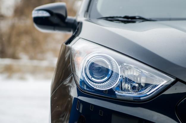 Samochód w przyrodzie. reflektor samochodowy czarnego samochodu