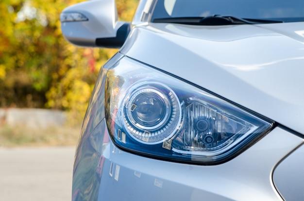 Samochód w przyrodzie. reflektor samochodowy szary samochód