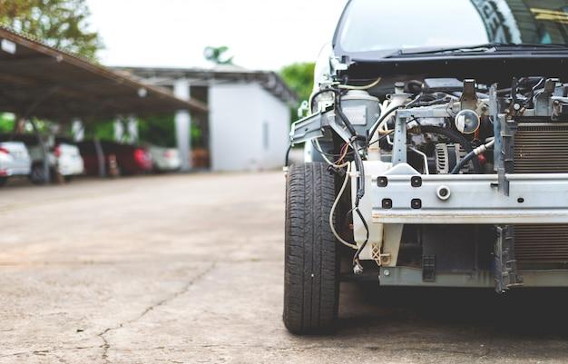 Samochód w stacji napraw i sklep z ciała z soft-focus i ponad światła w tle