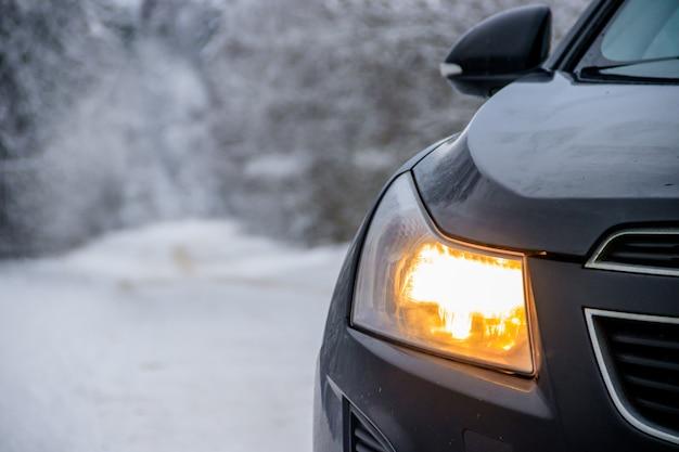 Samochód w zimie na drodze