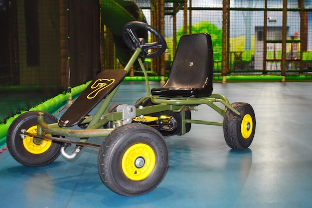 Samochód wyścigowy dla dzieci na placu zabaw