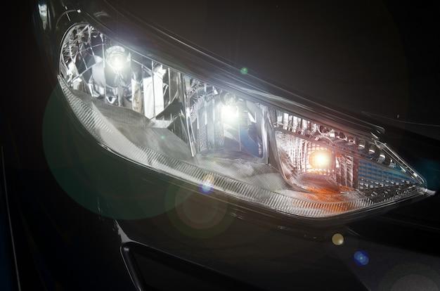 Samochód z reflektorami