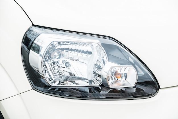 Samochód z reflektorem
