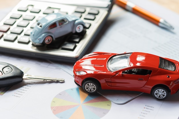 Samochód zabawka i kalkulator z kluczem. pomysł na finanse i ubezpieczenie biznesu