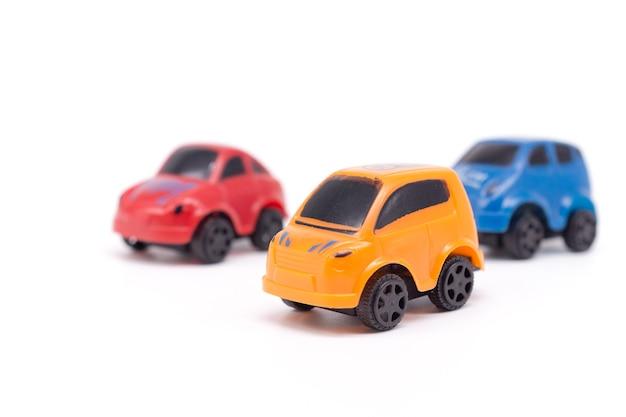 Samochód zabawka na białym tle.