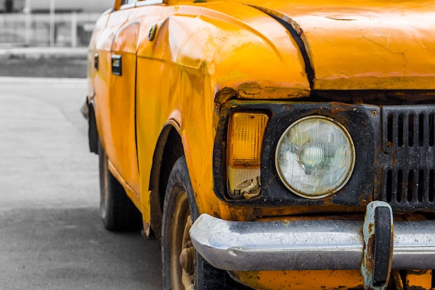 Samochód zabytkowy żółty. zbliżenie. złamany.