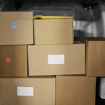 Samochód załadowany pudełkami z paczkami
