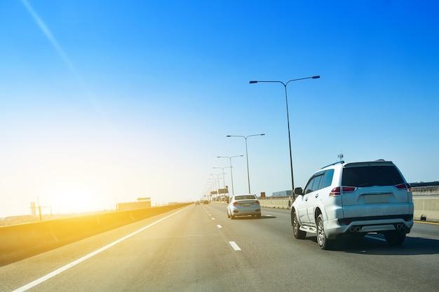 Samochód zaparkowany na drodze i mały fotelik samochodowy na drodze używany do codziennych podróży